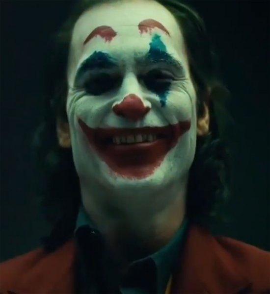 Хоакин Феникс в костюме Джокера «попал под такси»